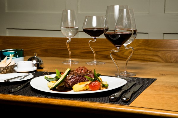Tipp Restaurant La Bouteille Stäfa Rindsfilet, spezielle geformte Weingläser